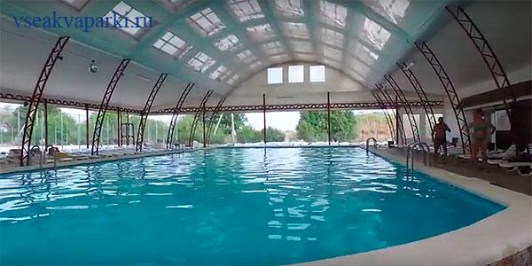 Крытый бассейн загородного комплекса